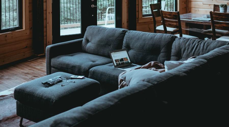Salón con un sofá cama chaise longue
