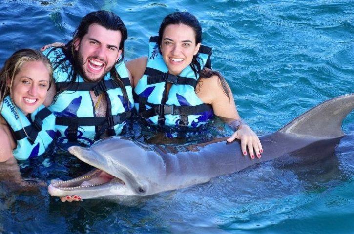 ¿Cuál es el mejor lugar para pasar tus próximas vacaciones si quieres nadar con delfines?